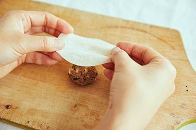 蒸し焼きにしたハンバーグのタネに餃子の皮をかぶせます。このとき、餃子の皮にドレープができるようにひだを作ると、おばけっぽい雰囲気がアップします。