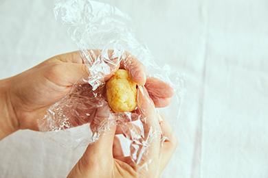 クリームチーズとスポンジケーキを混ぜ合わせた土台は、やや強めの力で成形します。ラップで包み、手でギュッと丸めるときれいに仕上がります。