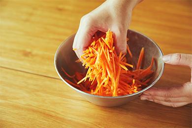 にんじんは塩揉みし、水分が出るまで5分ほどおきます。こうすることでにんじんがしっとりし、炒めるときに火が通りやすく、時短になります。