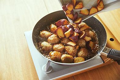 さつまいもは一度揚げてから煮からませることで、煮くずれを防ぎます。また、表面がカリッとするので、やわらかくてジューシーな鶏つくねとの2つの食感を楽しめます。