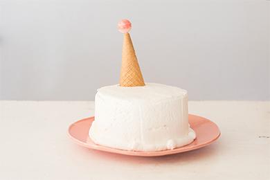 アイスクリームコーンの中にマーブルチョコを入れておきます。サンタの帽子を取った瞬間にマーブルチョコが広がり、みんなびっくり!マーブルチョコの代わりに刻んだドライフルーツやナッツなど好きな食材を入れても◎。