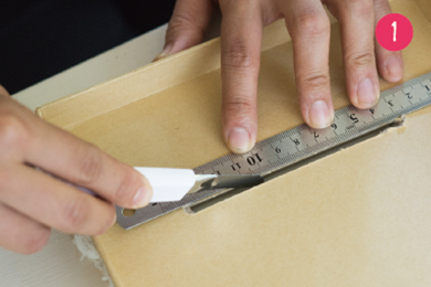 箱のふたの部分にカッターで、幅11cm程度の切り込みを入れる。