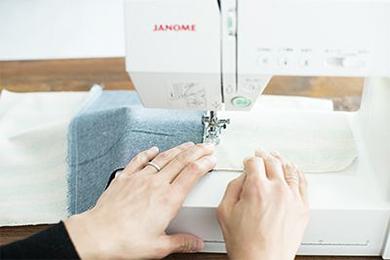 1.あらかじめ、ロープを通す部分以外の布の端はジグザグミシンをかけておく。底になる布1枚の両側に、お弁当袋用の布2枚を縫いあわせる。