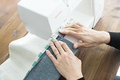 2.1.を表面どうしを重ねて2つに折り、まち針でとめ、両側を縫いあわせて袋状にする。ロープを通す上側は縫わないこと(4.参照)。