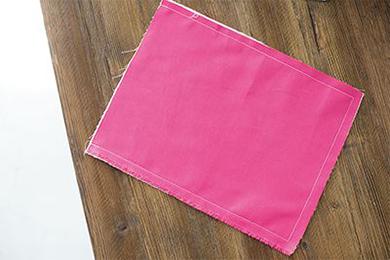 1.表地になる布AとBの表面どうしを重ね、袋口を残してコの字に縫いあわせる。