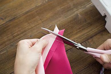 3.2.と同様に1.にもマチを作り、余分な布を切り落とす。