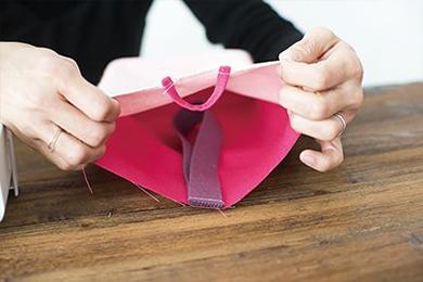 4.持ち手の平織りテープをAの布に縫いあわせる。テープを通すループはBの布に縫いとめる。