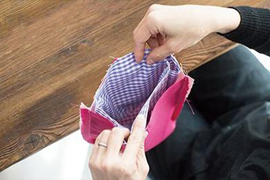5.2.と3.で作ったそれぞれの表面どうしを重ねて1つの袋状にし、袋口を縫いあわせる。