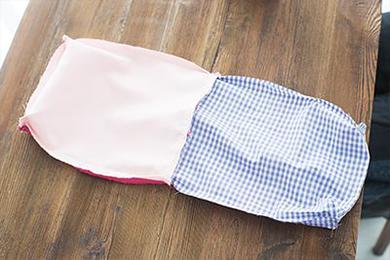 6.2.で縫わずにおいた返し口から表面に返し、あいた返し口を縫いとじる。両サイドにリボンの飾りを縫いつけて完成。男の子ならボタンなどがおすすめ。