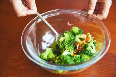 桜エビとごま油はブロッコリー加熱後に加えることで、香りを立たせます。ごま油はアツアツのブロッコリーにまわしかけると全体になじみやすいので、必ずブロッコリーが熱いうちに混ぜ合わせましょう。