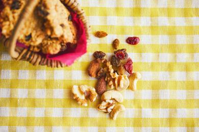 ナッツやドライフルーツを入れることで、噛みごたえのあるおやつに。よく噛むことは、消化・吸収を助けるだけでなく、脳の活性化やあごの発達にも効果的です。エールとともに、「元気に過ごしてほしい」という願いを込めました。