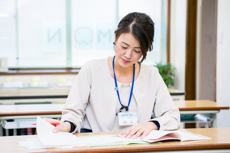 教室で授業の準備をするくもんの先生